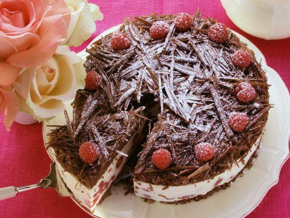 Schokoladen-Himbeer-Torte mit Puderzucker