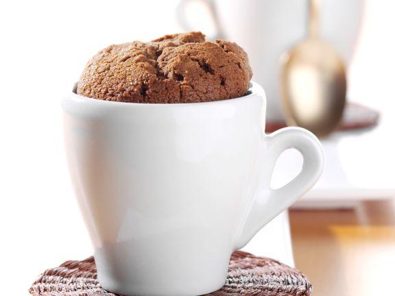 Schokoladen-Soufflé in einer Espressotasse gebacken