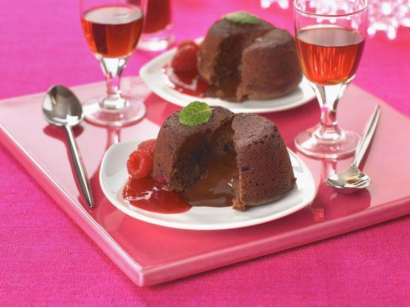 Schokoladenpudding nach englischer Art mit Himbeersoße