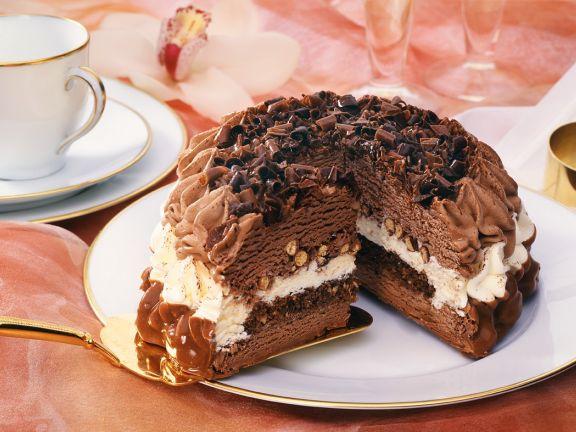 Schokoladige Eistorte mit Nüssen