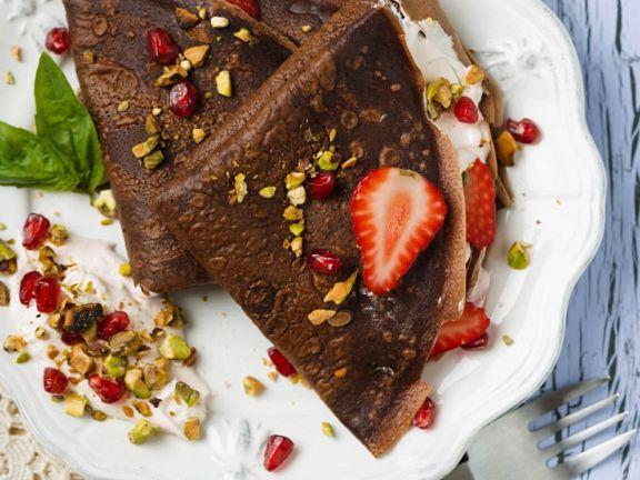 Schokopfannkuchen mit Obst, Nüssen und Sahne