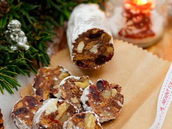 Schokorolle mit Trockenfrüchten und Nüssen