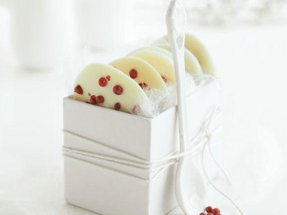 Schokotaler aus weißer Schokolade und Pfeffer