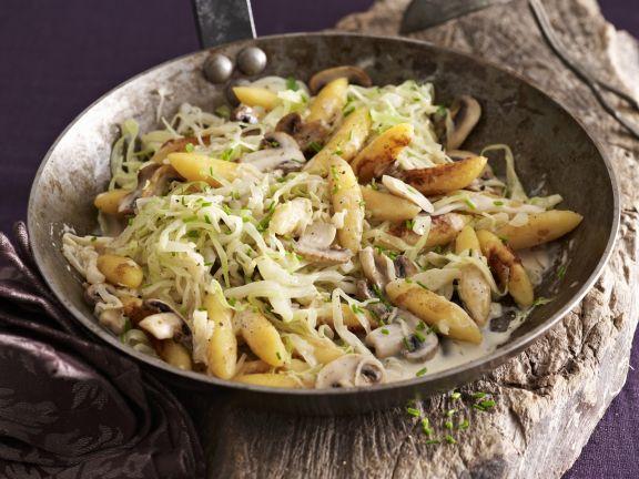 Schupfnudel-Pfanne mit Weißkohl und Pilzen