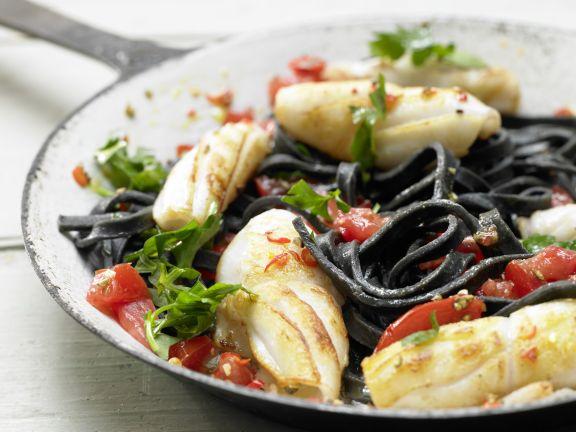 Schwarze Tintenfisch-Pasta