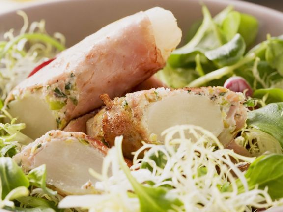 Schwarzwurzeln im Schinkenmantel mit winterlichem Salat