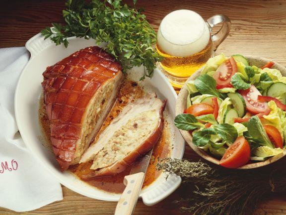 Schweinebauch mit Füllung, dazu Salat