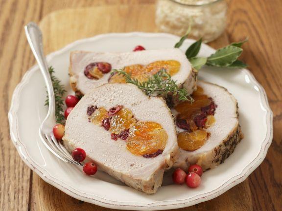 Schweinebraten mit Cranberries und getrockneten Aprikosen gefüllt