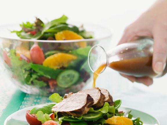 Schweinefilet auf buntem Salat mit Orangen