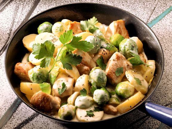 Schweinefleisch-Rosenkohl-Pfanne mit Kartoffeln