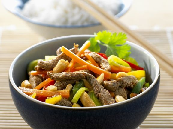 Schweinefleischstreifen mit Erdnüssen und Gemüse auf chinesische Art
