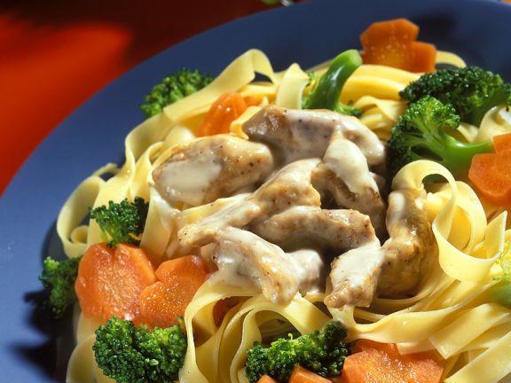 Schweinegeschnetzeltes mit Gemüse und Nudeln