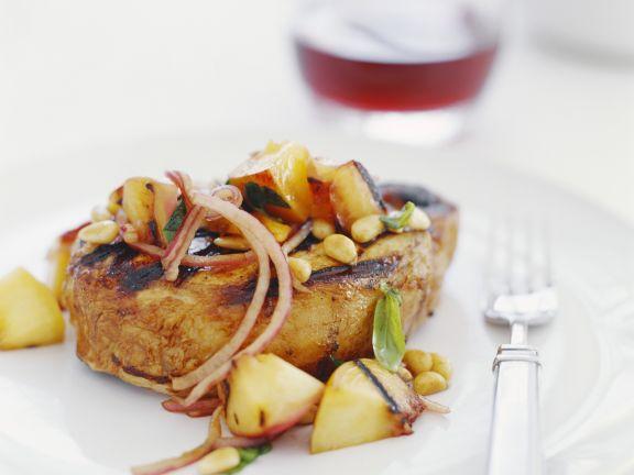 Schweinekotelett vom Grill mit Äpfeln und Zwiebeln