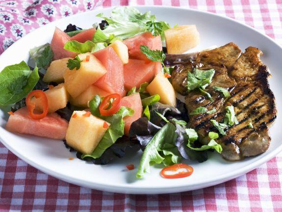 Schweinekotelett vom Grill mit Melonensalat