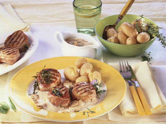 Schweinemedaillons mit Bacon-Mantel und Kartoffeln