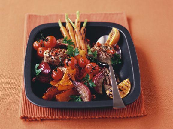 Schweinemedaillons vom Grill mit Gemüse und Orangen