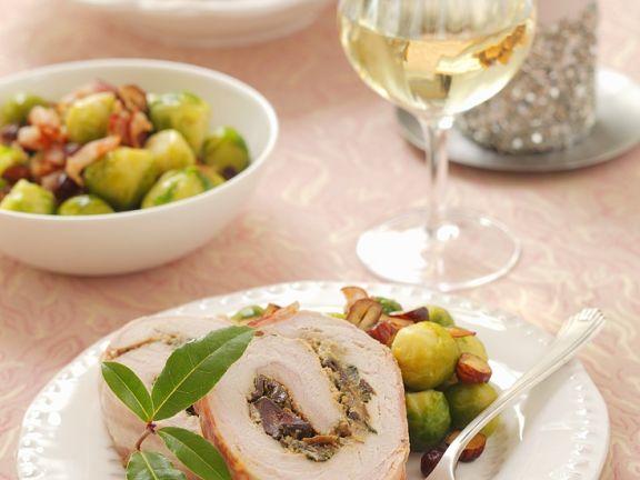 Schweineröllchen mit Pilzen, dazu Rosenkohl und Kartoffeln