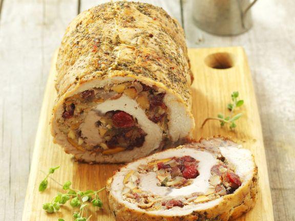 Schweinerollbraten mit Pilzen und getrockneten Cranberries gefüllt