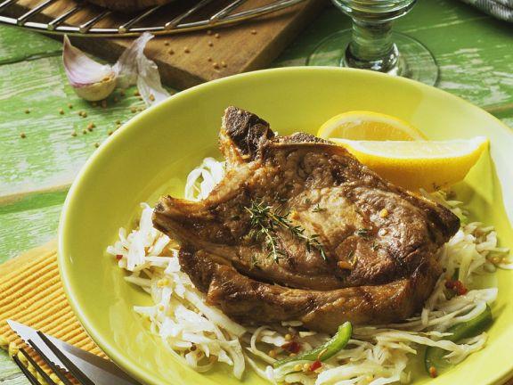 Schweinesteak auf Weißkrautsalat