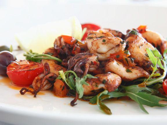 Seafood aus der Pfanne mit Tomaten und Rucola