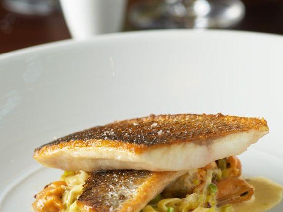 Seebarsch auf Muschel-Pasta mit Lauch