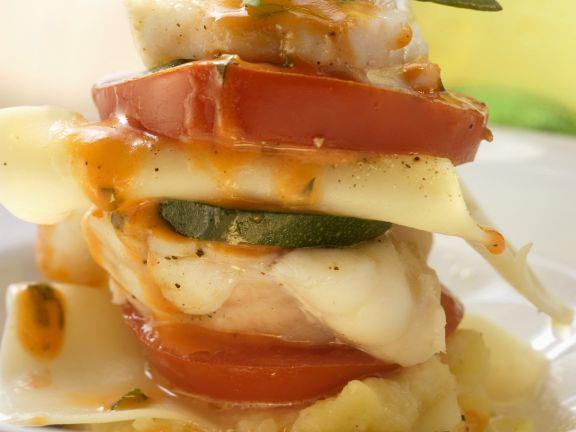 Seeteufel-Türmchen mit Tomaten und Zucchini