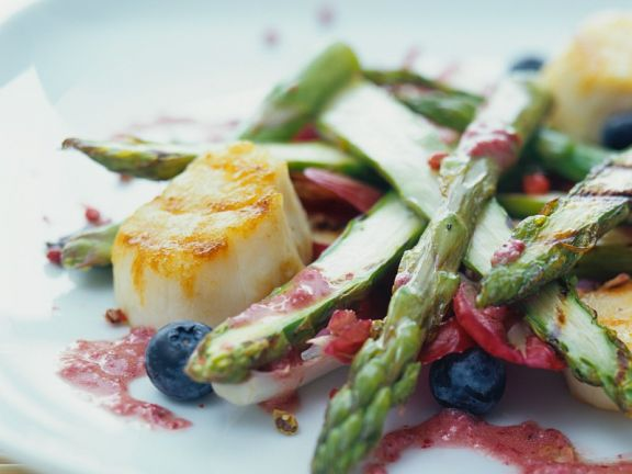 Seeteufelfilet mit grünem Spargel und Rotweindressing