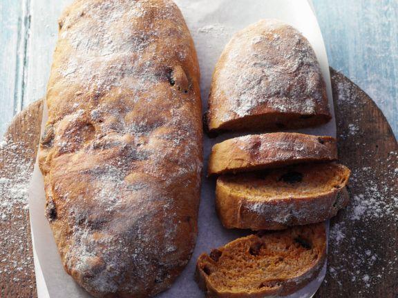 Selbst gebackene Roggen-Ciabatta mit Oliven und getrockneten Tomaten