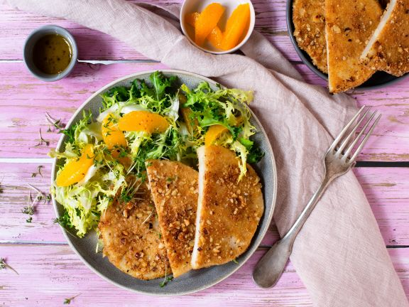 Sellerie-Nuss-Schnitzel mit Frisée-Orangen-Salat