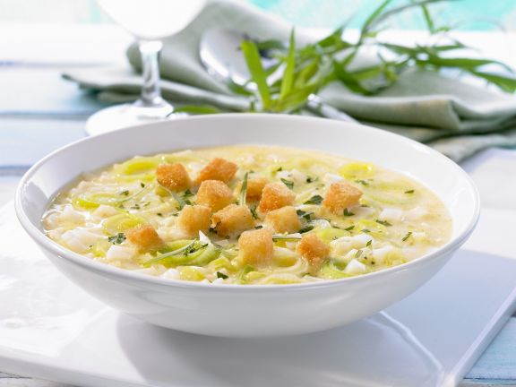 Sellerie-Porree-Suppe mit Croutons