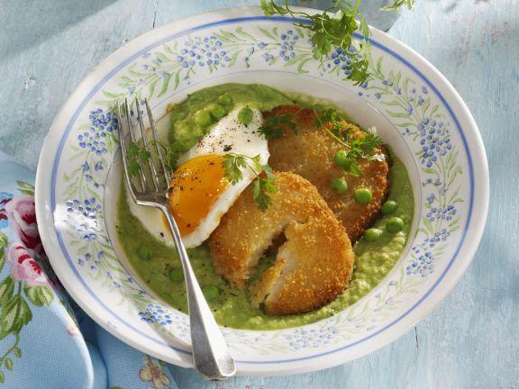 Sellerieschnitzel mit gebratenem Ei auf Erbsenpüree