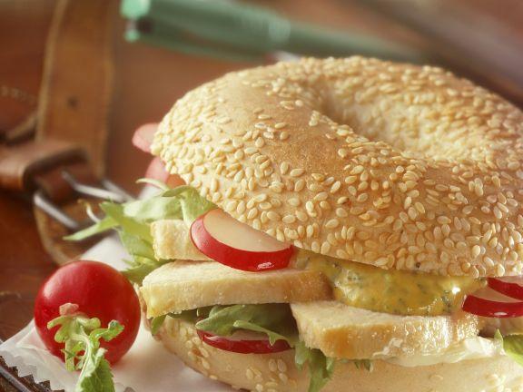Sesam-Bagel mit Hähnchenbrust und Senf-Mayonnaise