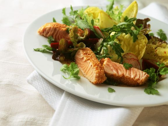 Sesam-Lachssteifen mit Salat