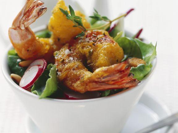Shrimps im Tempurateig frittiert mit buntem Salat