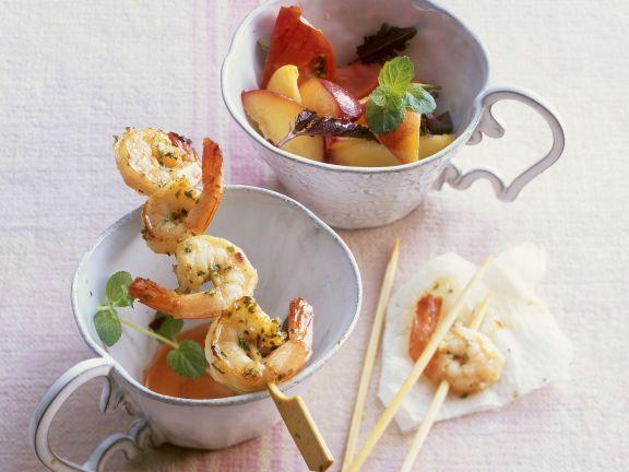 Shrimps-Spieß mit Tomaten-Pfirsichsalat