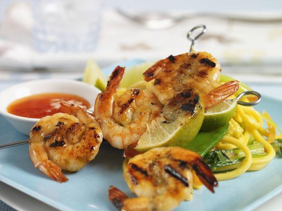 Shrimps-Spieße mit Nudeln und scharfer Soße