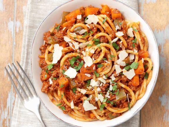 Smarte Pasta bolognese in einer hellen Schüssel