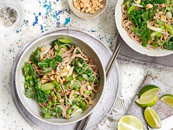 Soba-Nudeln mit Brokkoli, Edamame und Erdnüssen