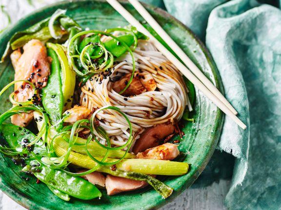 Sobanudeln mit Miso-Lachs und Gemüse