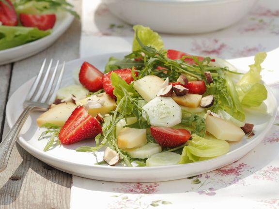 Sommerlicher Salat mit Erdbeeren, Gurken, Nüssen und geräuchertem Schafskäse