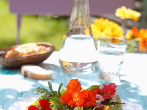 Sommersalat mit Rukola und Kapuzinerkresseblüten