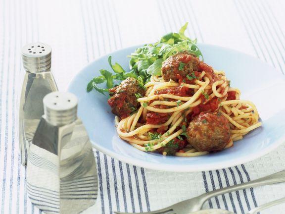 Spaghetti mit Fleischbällchen, Rucola und Tomatensugo