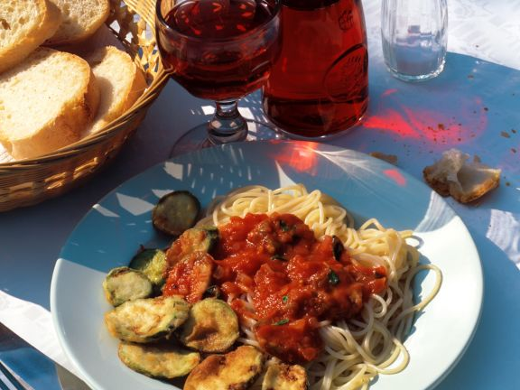Spaghetti mit gebackenen Zucchini und Tomatensauce