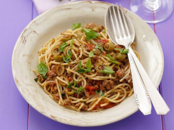 Spaghetti mit Hackfleischsauce und Oliven