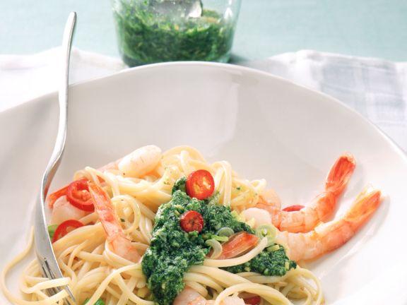 Spaghetti mit Sauerampfer-Pesto und Garnelen
