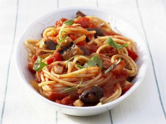 Spaghetti mit Tomatensauce und Oliven