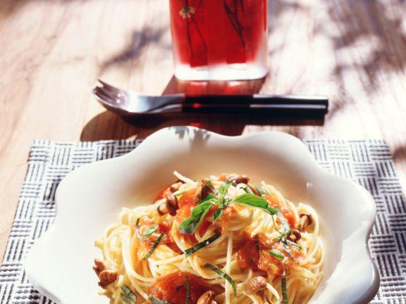 Spaghetti mit Tomatensauce und Pfifferlingen