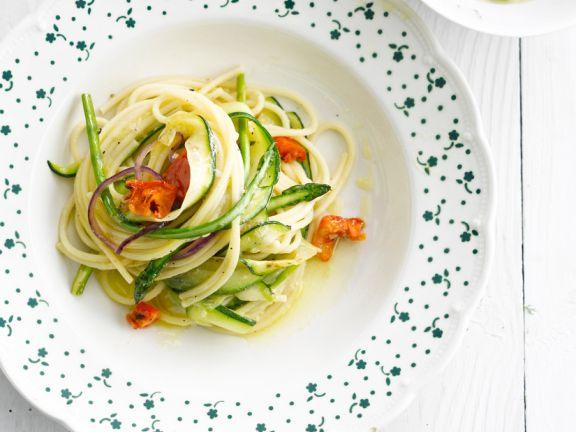 Spaghetti mit Zucchini- und Spargelstreifen
