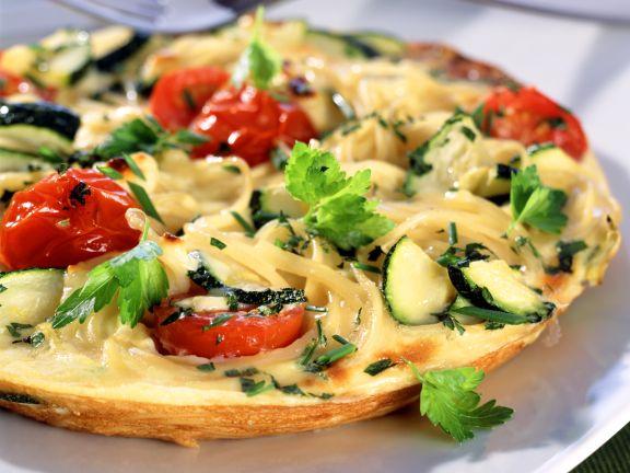 Spaghetti-Omelett mit Kirschtomaten und Zucchini