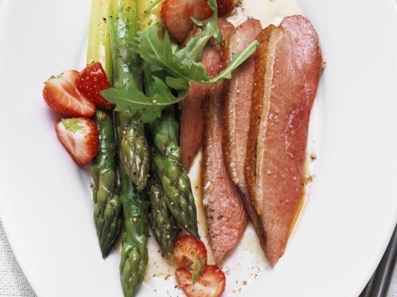 Spargel-Erdbeer-Salat mit Entenbrust